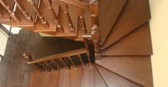Лестница в дом из лиственницы. Доступные цены